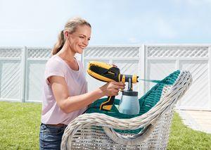 Eva Brenner besprüht den Gartenstuhl mit einer W 590 FLEXiO