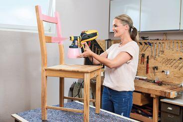 Mit der W 590 FLEXiO macht sich Eva Brenner an den Stuhl